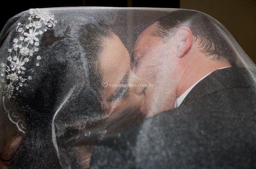 Beijo entre véu
