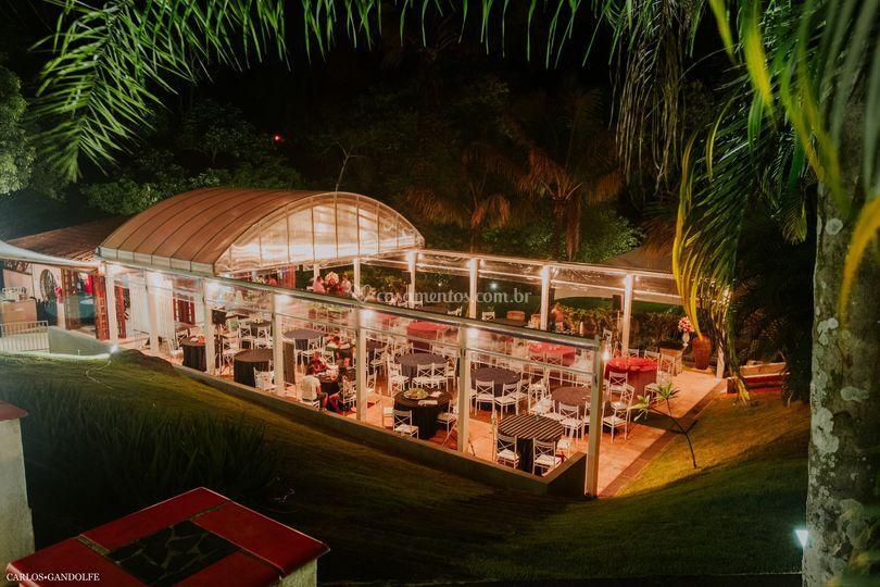 Salão de festa noturno aberto