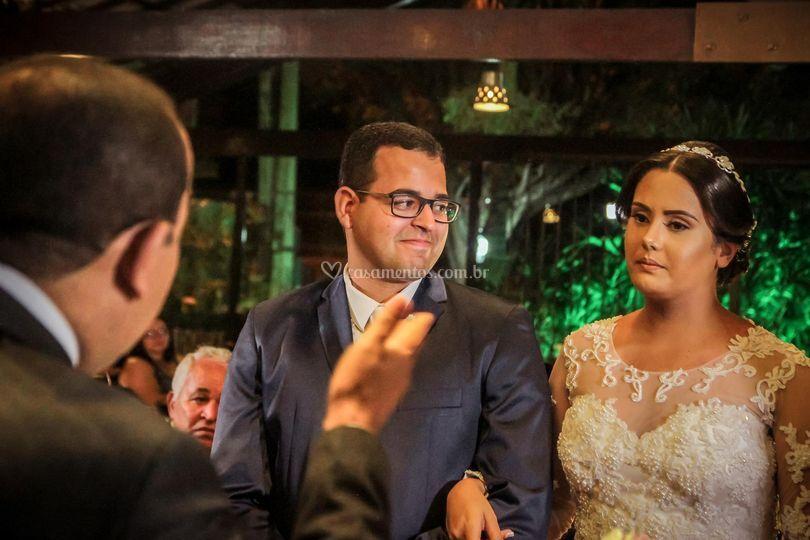 Noivo olhando para noiva