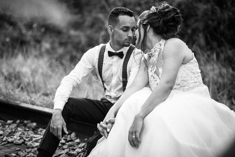 Noiva e noivo na linha de trem