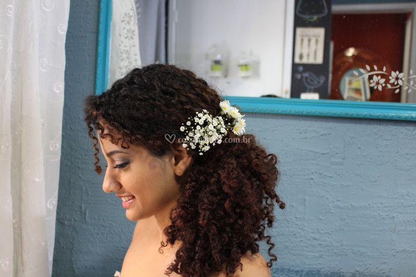 Flores frescas em penteado rom