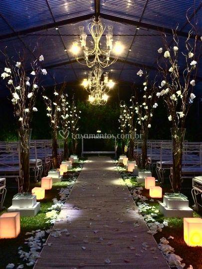 Cerimônia coberta com lustres