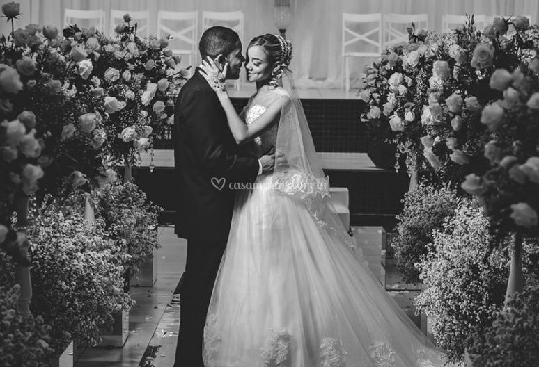 Noivo e noiva feliz
