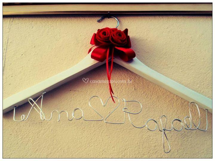 Cabide branco flor vermelha