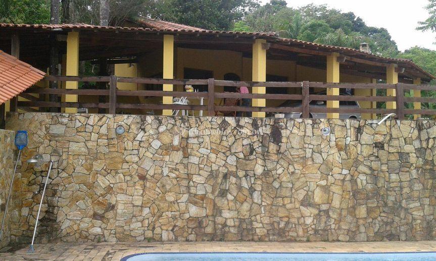 Visão da piscina para a casa