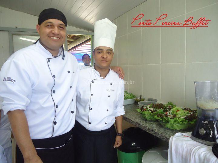 Equipe no preparo de saladas