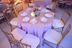 Cadeiras douradas em destaque