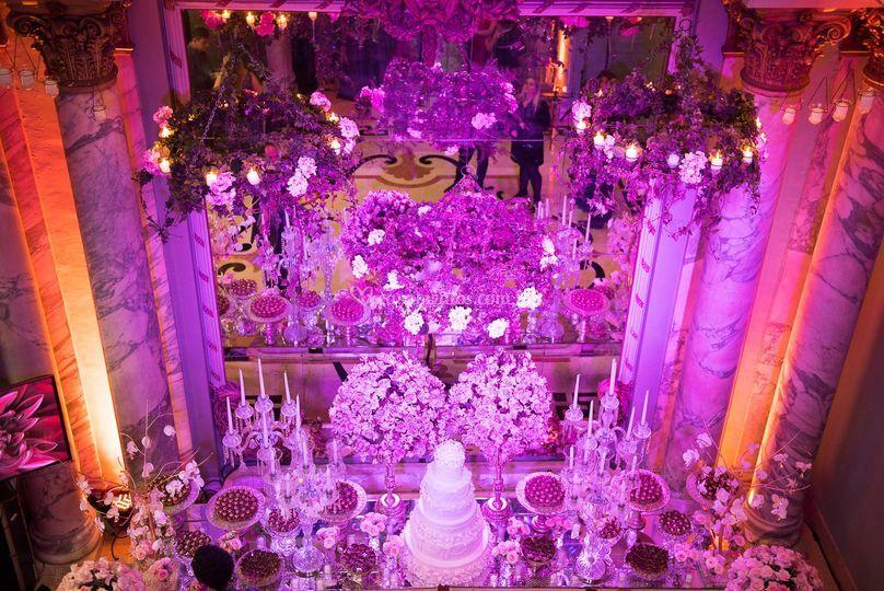 Lustres de flores com velas
