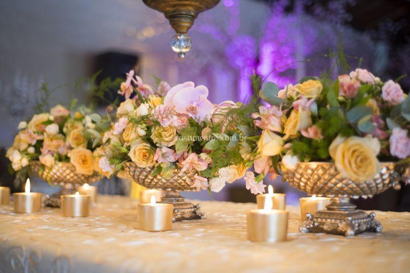 Vasos dourados com flores