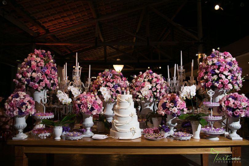 Mesa de madeira com flores