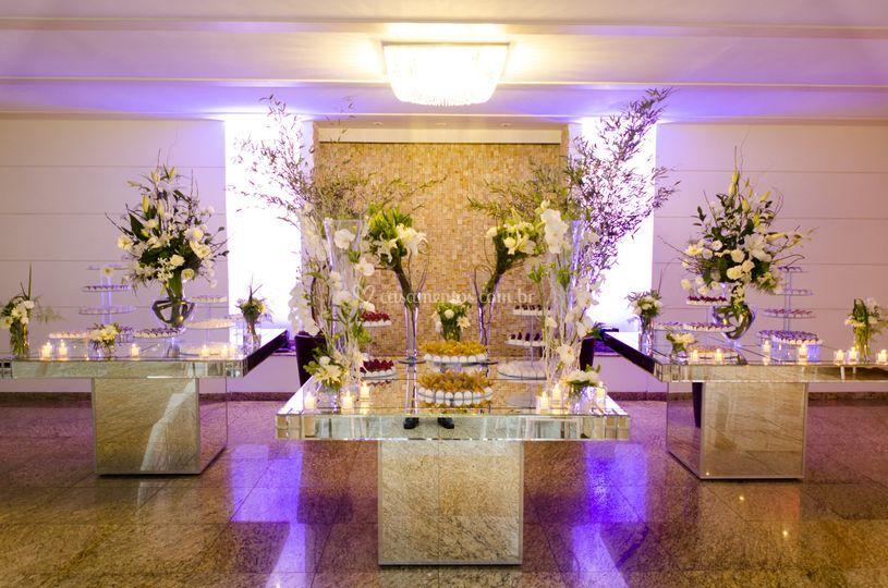 Mesa espelhada com flores