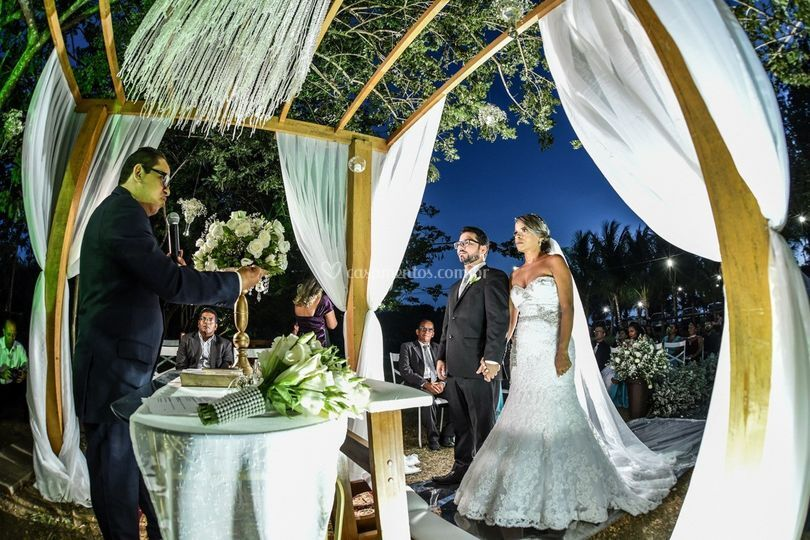 Casamento de frente ao lago