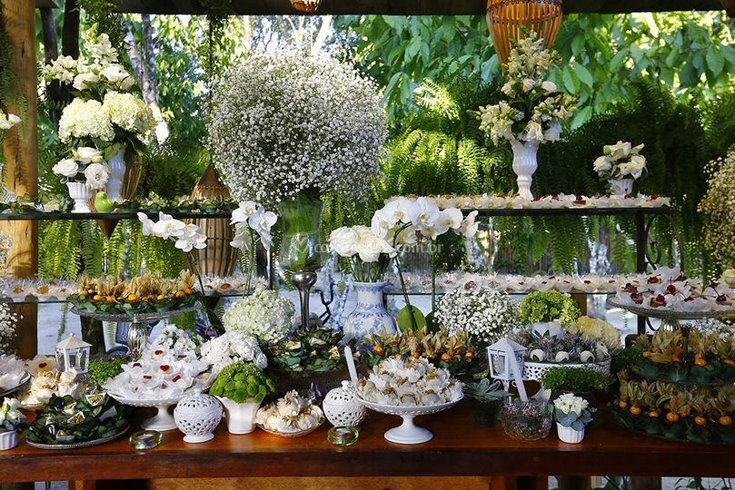 Mesa de doces branca e verde