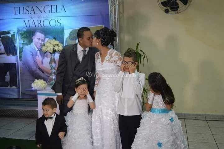Noivos com as crianças