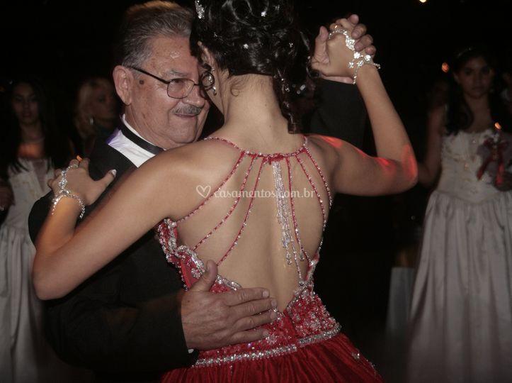 Debutante Laís valsa com Avô