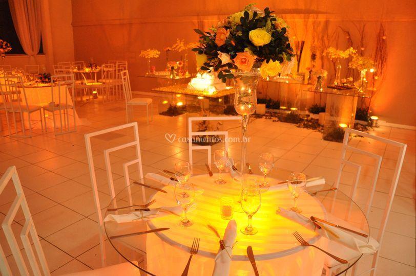 Mesa iluminada para um jantar