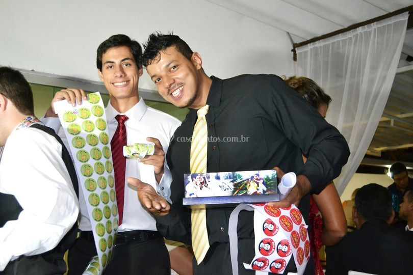 Caixa, gravata e adesivos
