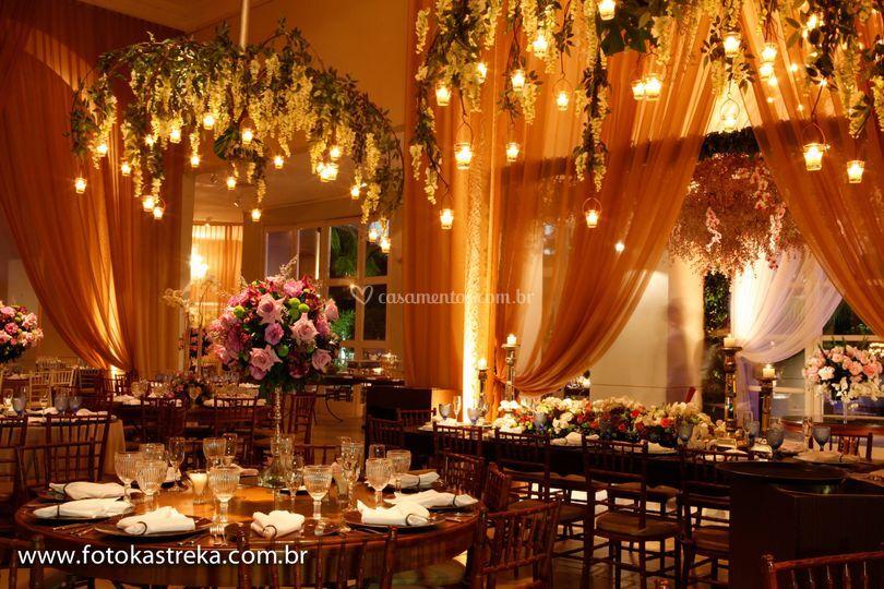 Lustres com flores e velas