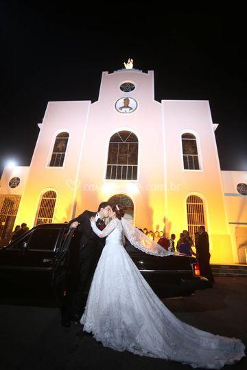Na frente da igreja