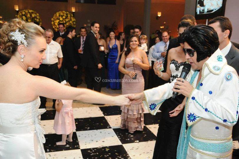 Elvis interagindo com a noiva