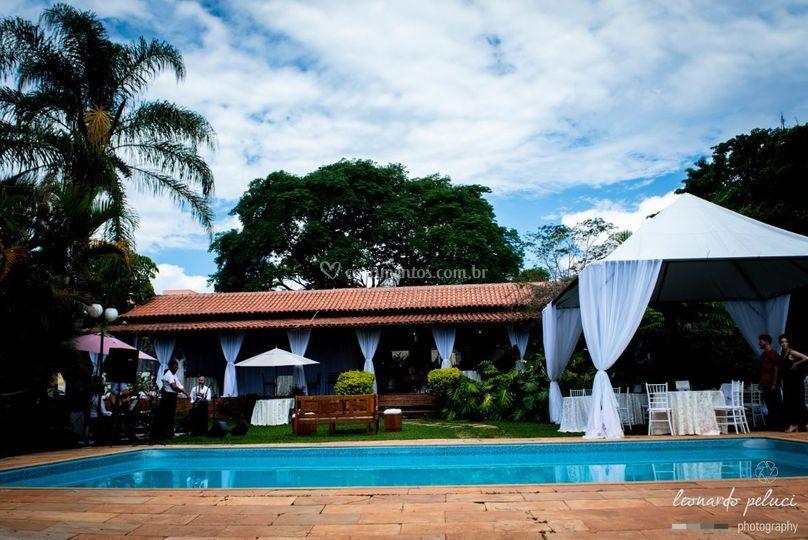 Vista piscina e salão