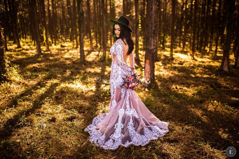 Noiva de chapéu e vestido