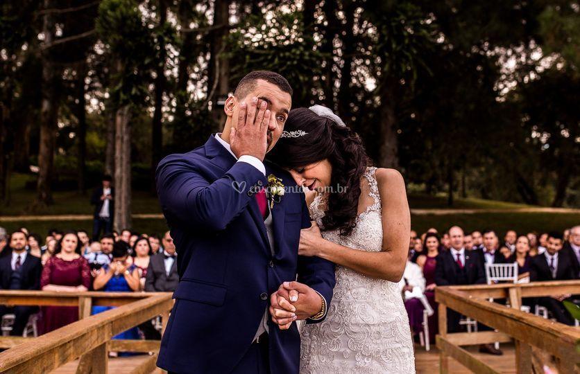 Casal emocionados no casamento