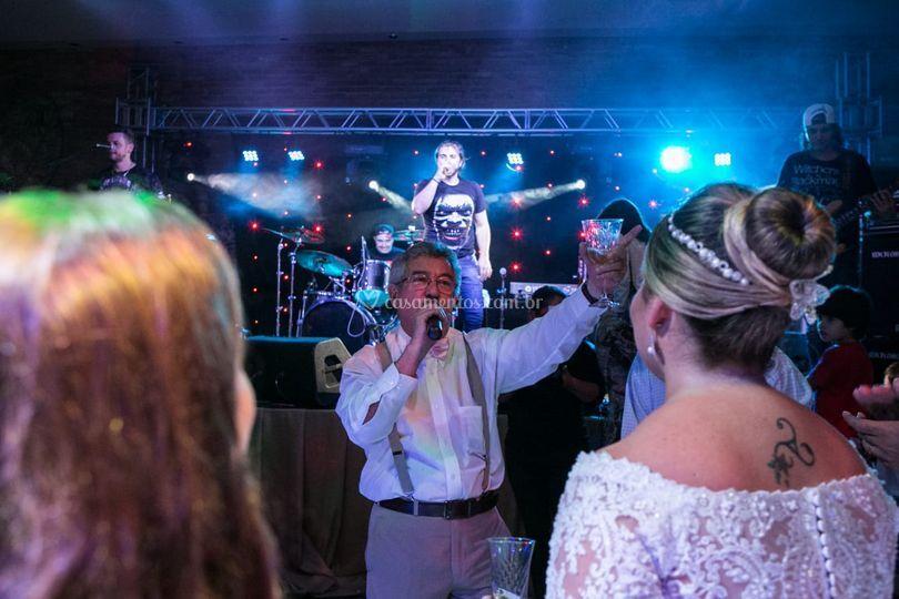 Pai da noiva cantando