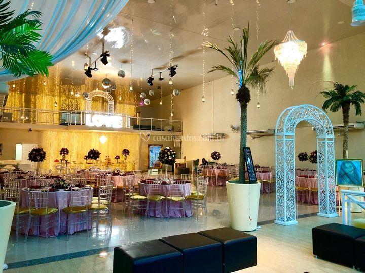 Salão com decoração da celebrar