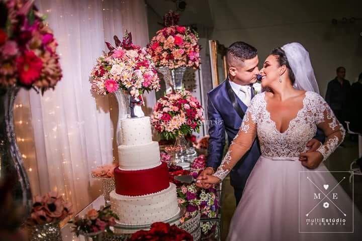 O bolo e os noivos