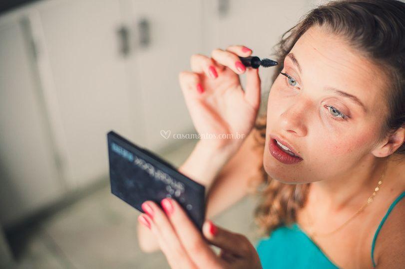 Noiva se maquiando