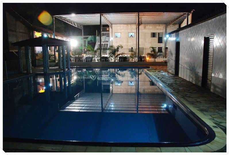 Vista da piscina à noite
