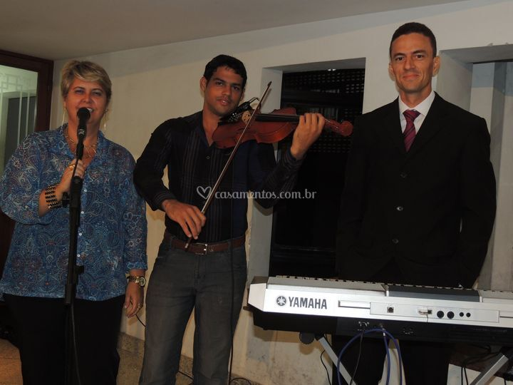 Voz feminina,violino e teclado