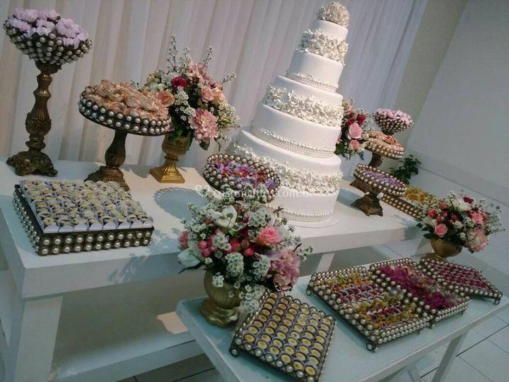 Mesa do bolo com peças dourada