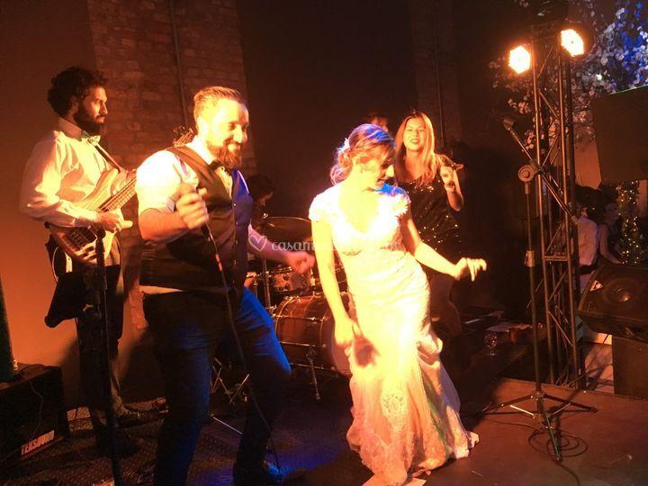 Noiva dançando no Palco