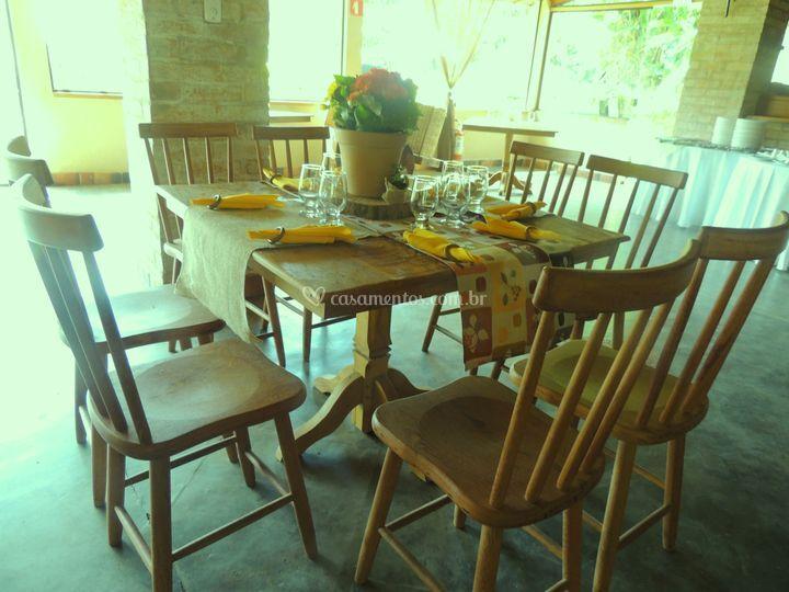 Mesas e cadeira em madeiras