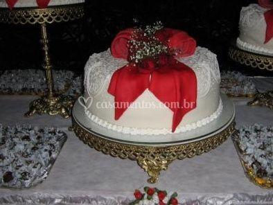 Bolo de casamento com fita vermelha