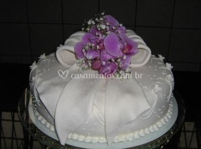 Bolo de casamento com flores no topo