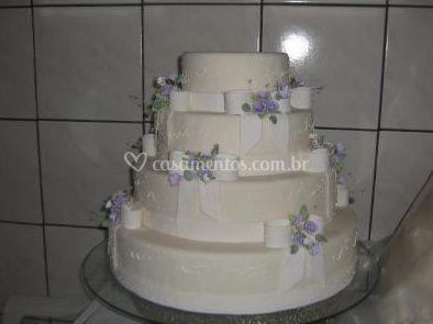 Bolo de casamento com detalhes em tom lilás