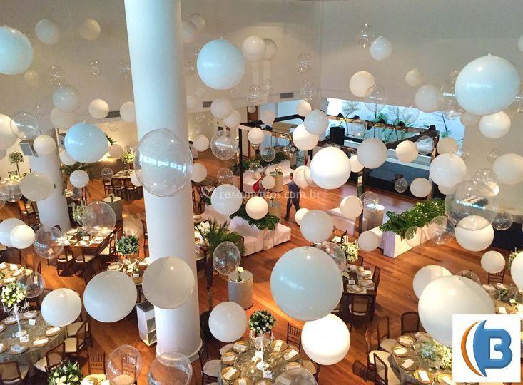 Balões suspensos sobre o salão