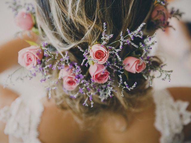 Penteados para noivas com acessórios naturais