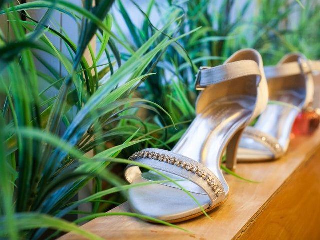 Sapatos espetaculares com pedrarias para convidadas de casamento