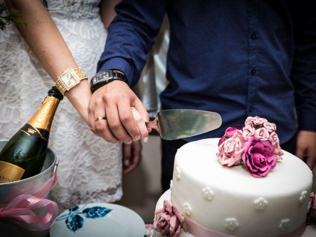 Bolo e champanhe: celebração minimalista para o fim de ano