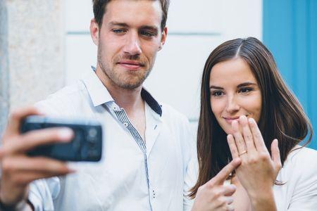 Amigos que reagem mal à notícia do noivado: como lidar?