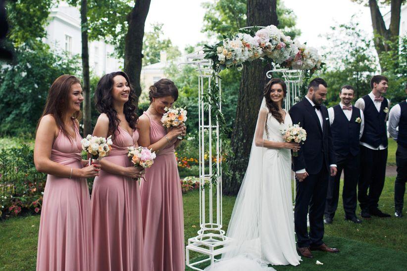 d6ba5f0dbb Com a chegada do convite de casamento os convidados e convidadas já começam  a vasculhar no armário aquele vestido de festa esquecido ou aquele traje  usado ...