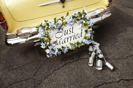 Latinhas no carro dos recém-casados: conheça tudo sobre essa tradição