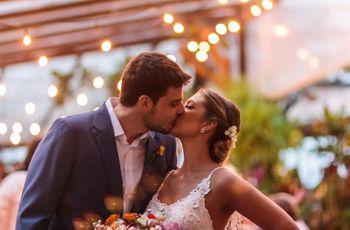 O casamento de Marcelo e Letícia: um amor perfeito celebrado na praia