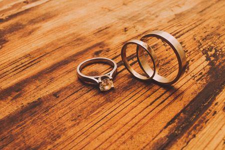 Anéis de compromisso para noivas pouco convencionais