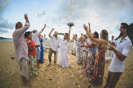 Casamento de Rapahel e Ioanara: romantismo e simplicidade em frente ao mar de Itapema