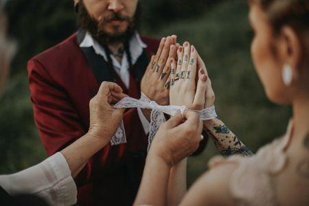 Handfasting: o que precisam saber para incluir esse simbólico ritual celta na sua cerimônia